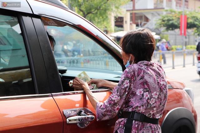 Chuyện đằng sau tấm bảng xin quý khách vui lòng nói giúp của cụ bà bệnh tật 30 năm bán chè nuôi con ở Sài Gòn - Ảnh 14.