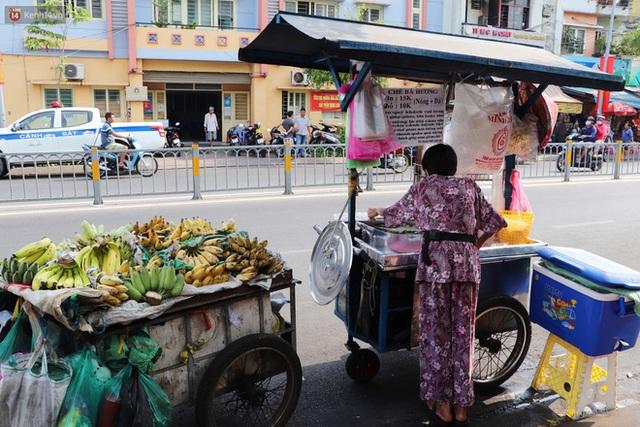 Chuyện đằng sau tấm bảng xin quý khách vui lòng nói giúp của cụ bà bệnh tật 30 năm bán chè nuôi con ở Sài Gòn - Ảnh 3.