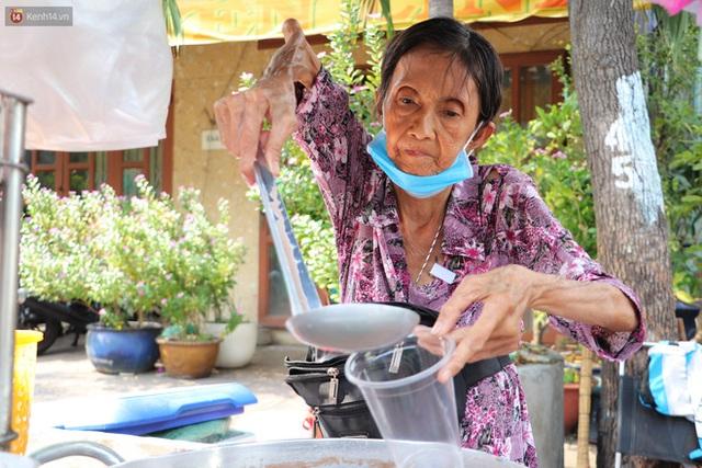 Chuyện đằng sau tấm bảng xin quý khách vui lòng nói giúp của cụ bà bệnh tật 30 năm bán chè nuôi con ở Sài Gòn - Ảnh 5.
