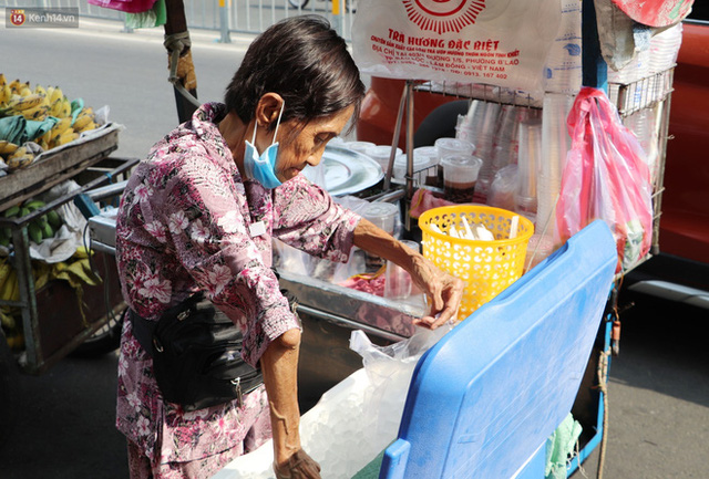 Chuyện đằng sau tấm bảng xin quý khách vui lòng nói giúp của cụ bà bệnh tật 30 năm bán chè nuôi con ở Sài Gòn - Ảnh 8.