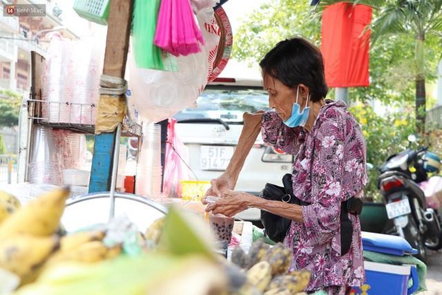 Chuyện đằng sau tấm bảng xin quý khách vui lòng nói giúp của cụ bà bệnh tật 30 năm bán chè nuôi con ở Sài Gòn - Ảnh 10.