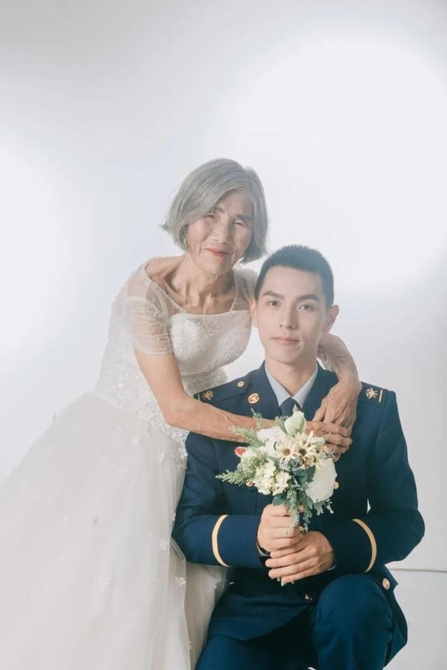 Sự thật phía sau bộ ảnh cưới của chàng lính cứu hoả 24 tuổi và cụ bà 85 tuổi - Ảnh 1.