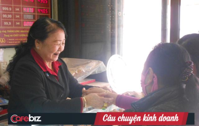 """Sự thật về hàng loạt tiệm vàng gắn mác """"Bảo Tín"""" ở Hà Nội: Tưởng """"hàng nhái"""" mà hoá anh em ruột, cả gia tộc kế nghiệp từ người mẹ bán ốc luộc - Ảnh 1."""