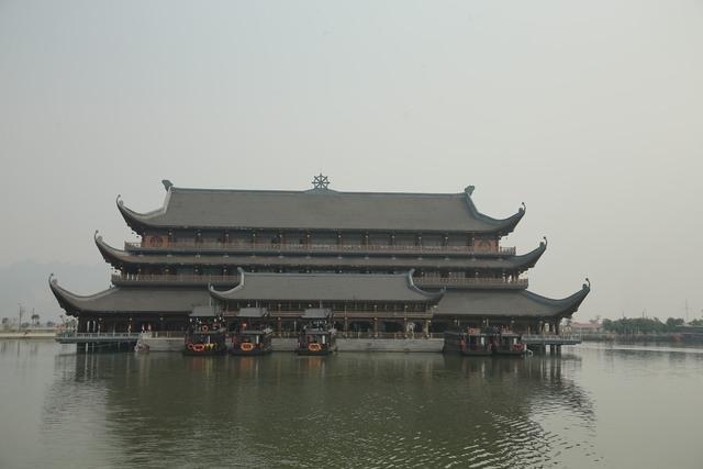 Vẻ đẹp trầm mặc và nên thơ của chùa Tam Chúc - Ảnh 2.