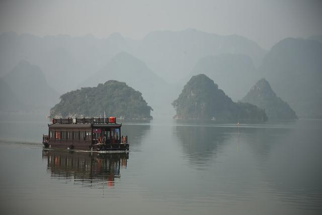 Vẻ đẹp trầm mặc và nên thơ của chùa Tam Chúc - Ảnh 3.