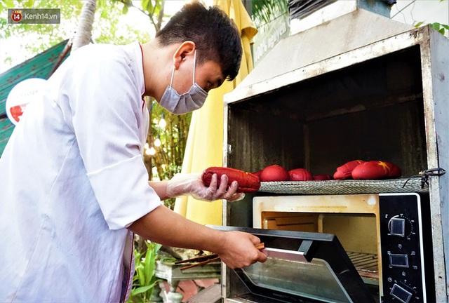 """Thất nghiệp vì dịch Covid-19, các đầu bếp vẫn tạo ra những ổ """"bánh mì yêu nước"""" miễn phí cho người nghèo ở Đà Nẵng - Ảnh 7."""
