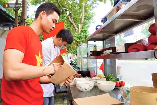 """Thất nghiệp vì dịch Covid-19, các đầu bếp vẫn tạo ra những ổ """"bánh mì yêu nước"""" miễn phí cho người nghèo ở Đà Nẵng - Ảnh 9."""