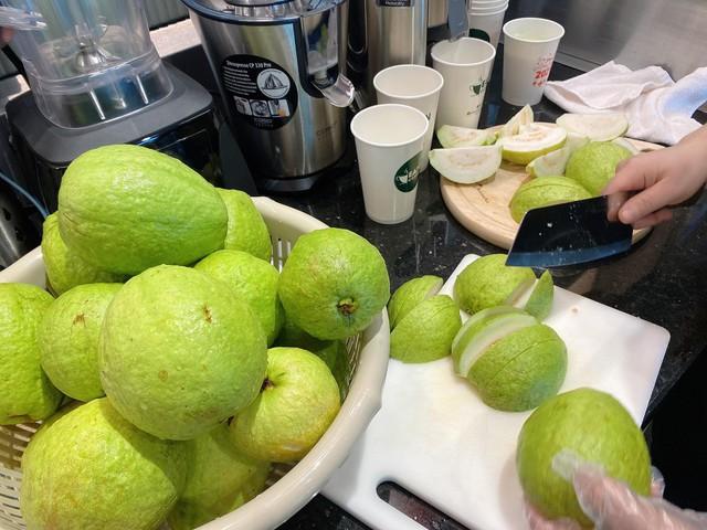 (lên tối ạ) Chung tay giúp người dân Hải Dương, chủ quán cafe 9X giải cứu 400kg ổi và 100kg cà rốt thành nước ép bán đồng giá 20.000 đồng/cốc - Ảnh 3.