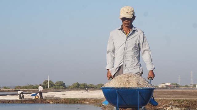 Cận cảnh nghề gieo nước biển đầu năm ở phương Nam - Ảnh 1.