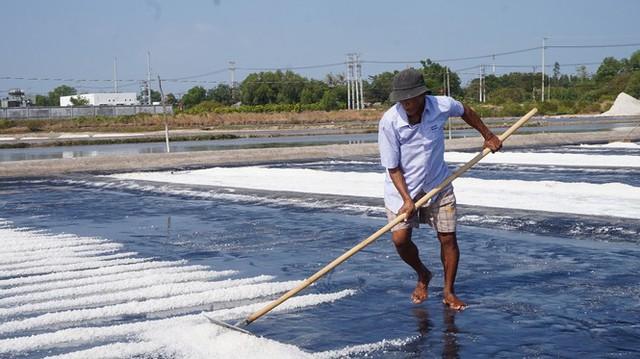 Cận cảnh nghề gieo nước biển đầu năm ở phương Nam - Ảnh 7.