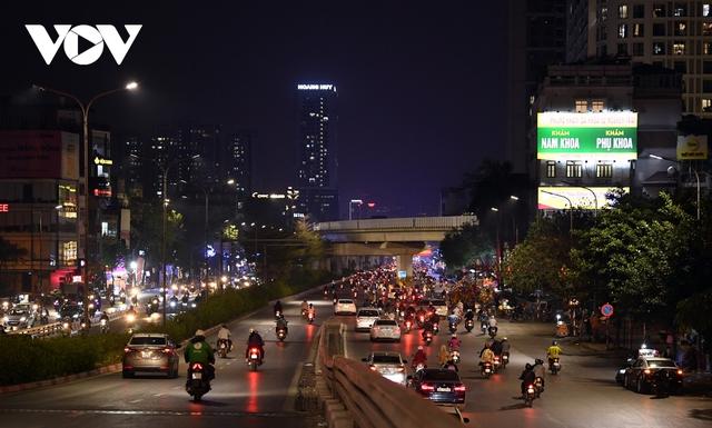 (Ảnh) Phố phường Hà Nội giờ tan tầm những ngày chống dịch Covid-19 không còn cảnh ùn tắc - Ảnh 10.