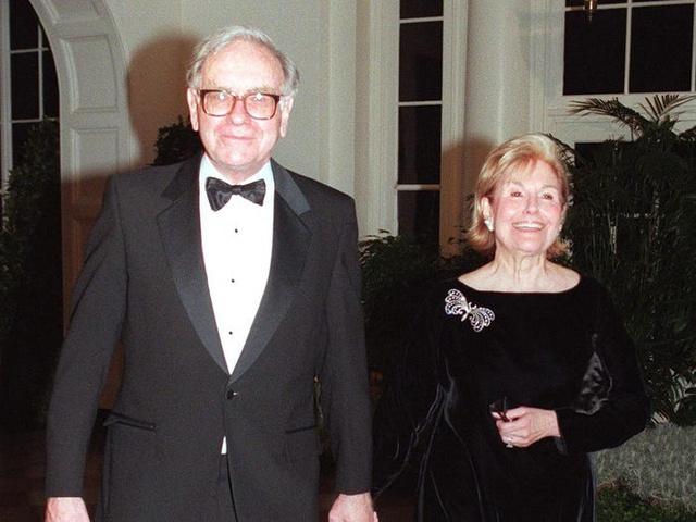 Vợ và bạn gái của những tỷ phú nổi tiếng thế giới từng làm nghề gì? - Ảnh 1.