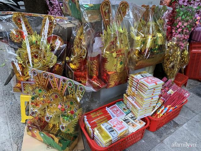 Thị trường đồ lễ ông Công ông Táo sôi động, đồ cúng hàng mã giữ nguyên giá nhưng thực phẩm, hoa quả tăng giá 30% - Ảnh 1.