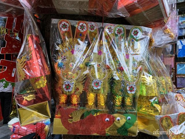Thị trường đồ lễ ông Công ông Táo sôi động, đồ cúng hàng mã giữ nguyên giá nhưng thực phẩm, hoa quả tăng giá 30% - Ảnh 2.