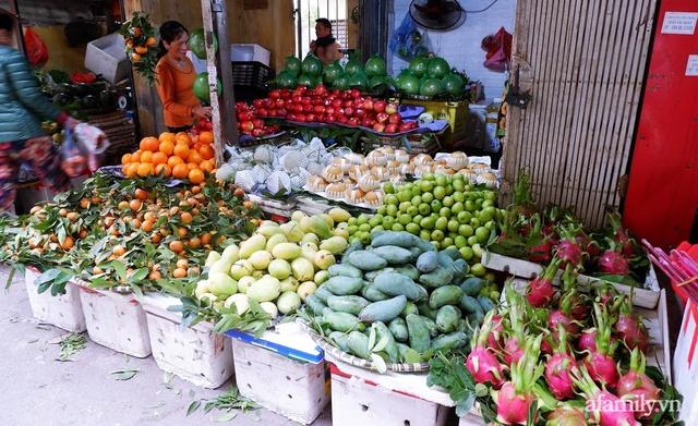 Thị trường đồ lễ ông Công ông Táo sôi động, đồ cúng hàng mã giữ nguyên giá nhưng thực phẩm, hoa quả tăng giá 30% - Ảnh 13.