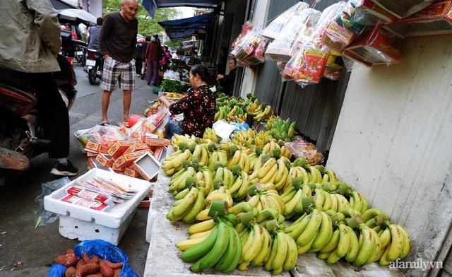 Thị trường đồ lễ ông Công ông Táo sôi động, đồ cúng hàng mã giữ nguyên giá nhưng thực phẩm, hoa quả tăng giá 30% - Ảnh 14.