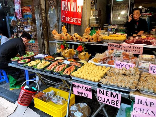 Thị trường đồ lễ ông Công ông Táo sôi động, đồ cúng hàng mã giữ nguyên giá nhưng thực phẩm, hoa quả tăng giá 30% - Ảnh 16.