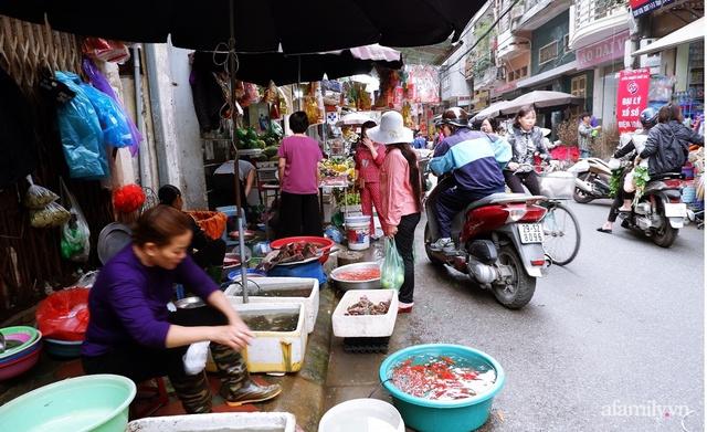 Thị trường đồ lễ ông Công ông Táo sôi động, đồ cúng hàng mã giữ nguyên giá nhưng thực phẩm, hoa quả tăng giá 30% - Ảnh 18.