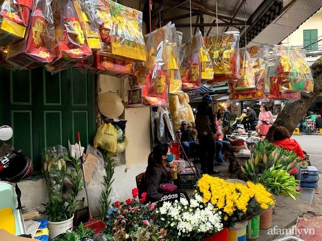 Thị trường đồ lễ ông Công ông Táo sôi động, đồ cúng hàng mã giữ nguyên giá nhưng thực phẩm, hoa quả tăng giá 30% - Ảnh 19.