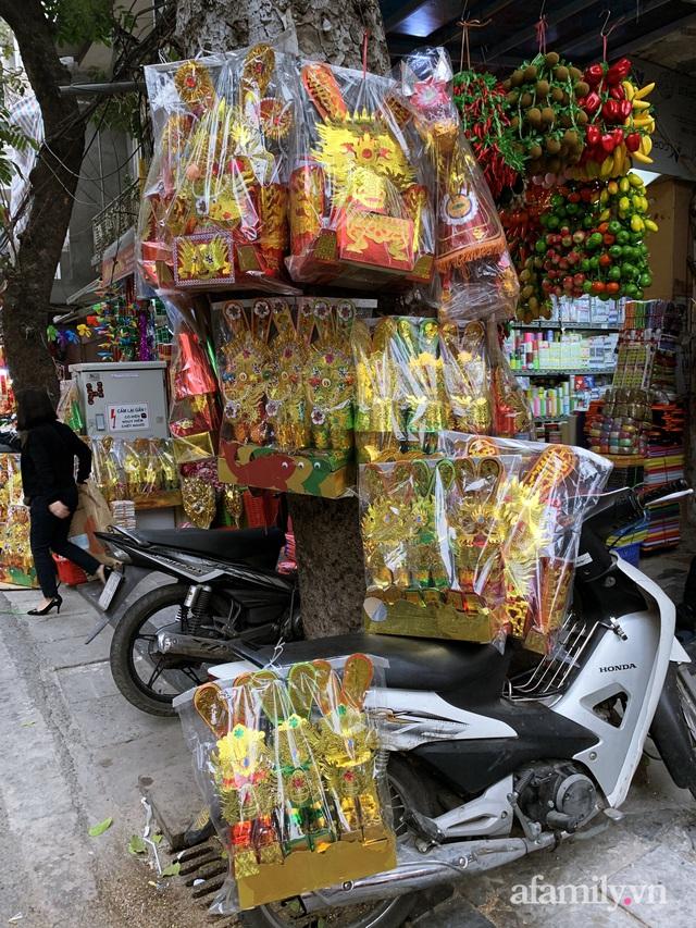 Thị trường đồ lễ ông Công ông Táo sôi động, đồ cúng hàng mã giữ nguyên giá nhưng thực phẩm, hoa quả tăng giá 30% - Ảnh 4.