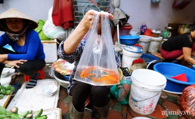 Thị trường đồ lễ ông Công ông Táo sôi động, đồ cúng hàng mã giữ nguyên giá nhưng thực phẩm, hoa quả tăng giá 30% - Ảnh 8.