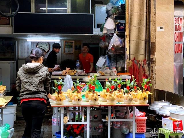 Thị trường đồ lễ ông Công ông Táo sôi động, đồ cúng hàng mã giữ nguyên giá nhưng thực phẩm, hoa quả tăng giá 30% - Ảnh 9.