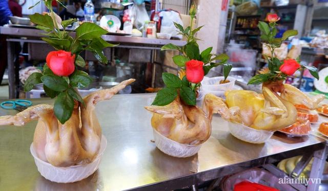 Thị trường đồ lễ ông Công ông Táo sôi động, đồ cúng hàng mã giữ nguyên giá nhưng thực phẩm, hoa quả tăng giá 30% - Ảnh 10.