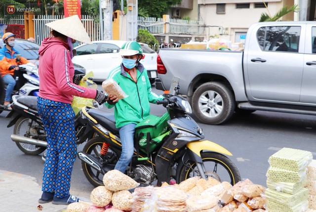 Gặp người cha khùng mặc áo dài nhảy múa trên đường phố Sài Gòn nuôi 3 đứa con ăn học: Mình có lường gạt ai đâu mà phải xấu hổ - Ảnh 13.