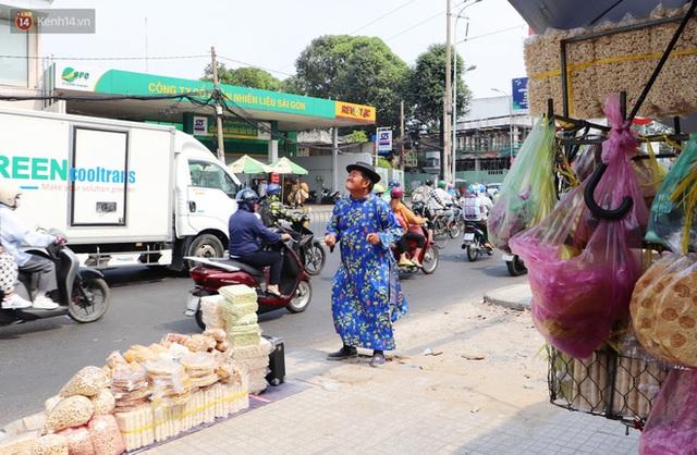 Gặp người cha khùng mặc áo dài nhảy múa trên đường phố Sài Gòn nuôi 3 đứa con ăn học: Mình có lường gạt ai đâu mà phải xấu hổ - Ảnh 15.