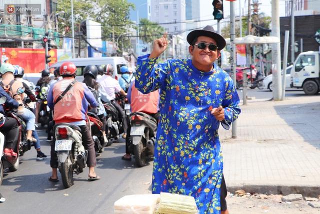 Gặp người cha khùng mặc áo dài nhảy múa trên đường phố Sài Gòn nuôi 3 đứa con ăn học: Mình có lường gạt ai đâu mà phải xấu hổ - Ảnh 18.