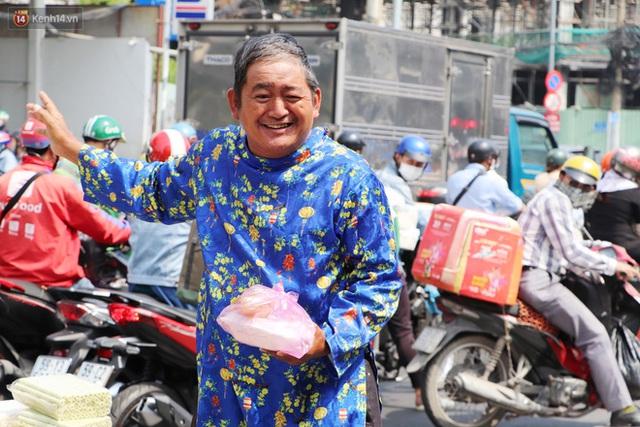 Gặp người cha khùng mặc áo dài nhảy múa trên đường phố Sài Gòn nuôi 3 đứa con ăn học: Mình có lường gạt ai đâu mà phải xấu hổ - Ảnh 8.