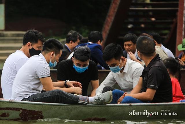 Du khách vô tư mở chiếu bạc trên đò, sát phạt công khai khi đi lễ chùa Hương - Ảnh 2.