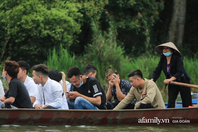 Du khách vô tư mở chiếu bạc trên đò, sát phạt công khai khi đi lễ chùa Hương - Ảnh 3.