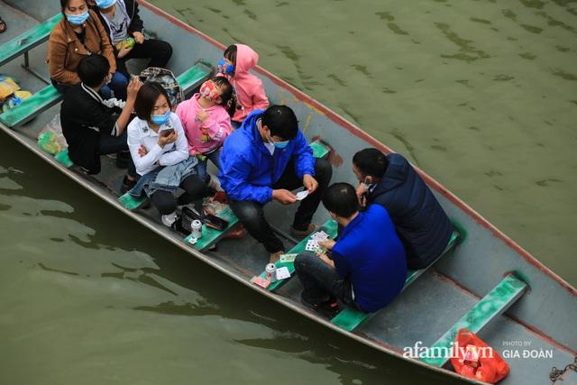 Du khách vô tư mở chiếu bạc trên đò, sát phạt công khai khi đi lễ chùa Hương - Ảnh 4.