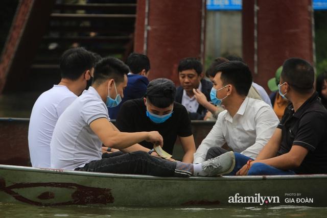 Du khách vô tư mở chiếu bạc trên đò, sát phạt công khai khi đi lễ chùa Hương - Ảnh 5.