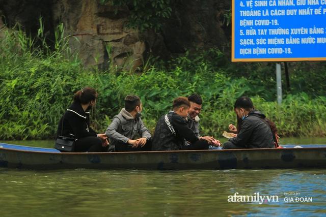 Du khách vô tư mở chiếu bạc trên đò, sát phạt công khai khi đi lễ chùa Hương - Ảnh 7.