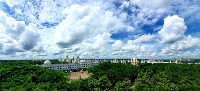 Một trường Đại học cung điện độc nhất vô nhị, ở Việt Nam mà cứ tưởng lạc tới trời Âu, có cả công viên giải trí siêu hoành tráng - Ảnh 1.