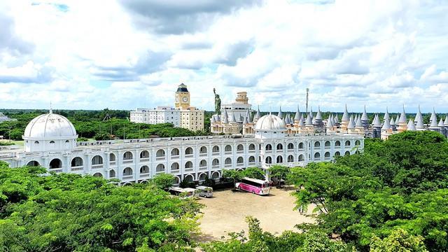 Một trường Đại học cung điện độc nhất vô nhị, ở Việt Nam mà cứ tưởng lạc tới trời Âu, có cả công viên giải trí siêu hoành tráng - Ảnh 4.