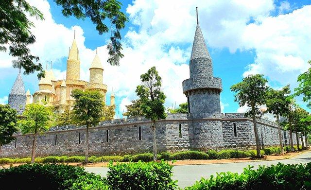 Một trường Đại học cung điện độc nhất vô nhị, ở Việt Nam mà cứ tưởng lạc tới trời Âu, có cả công viên giải trí siêu hoành tráng - Ảnh 8.