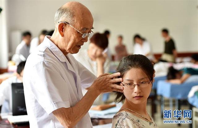 Quốc y Đại sư 84 tuổi có khí lực khỏe hơn người trẻ: Tôi đã kiên trì làm việc này trong nhiều thập kỷ - Ảnh 1.