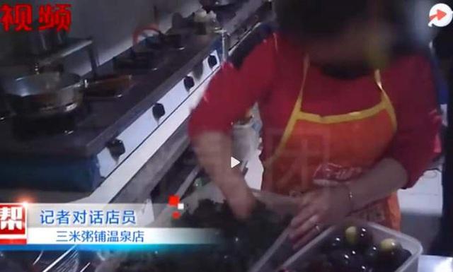 Sốc với cảnh nhân viên chuỗi nhà hàng cháo nổi tiếng bán hàng triệu phần mỗi năm sử dụng đồ ăn thừa của khách để nấu lại!? - Ảnh 1.