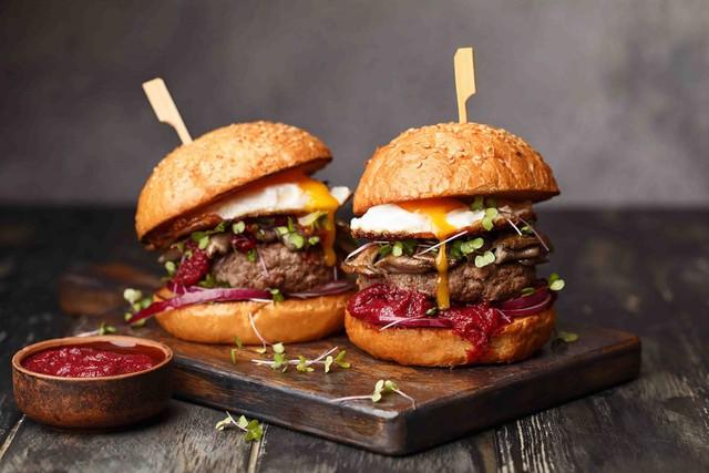 Thưởng thức Burger & Bánh mì Thứ 2 với giá 10.000 đồng: Trải nghiệm ẩm thực sang xịn có 1 không 2 hút hồn thực khách  - Ảnh 1.