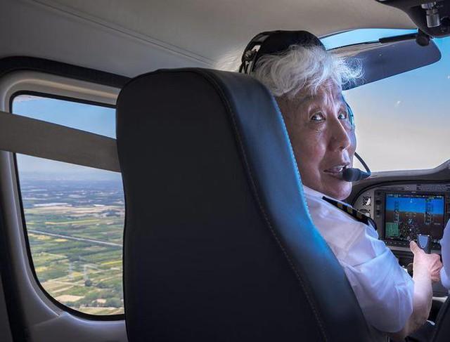 Cụ bà 82 tuổi, một lần nữa cất cánh lên bầu trời xanh: không giới hạn bản thân, bạn sẽ tìm thấy cho mình một bản ngã khác rực rỡ hơn - Ảnh 1.