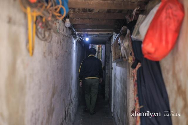 Người đàn ông sống trong hộp diêm giữa phố cổ Hà Nội và ước mơ một ngày được đứng vươn vai trong chính ngôi nhà của mình - Ảnh 1.
