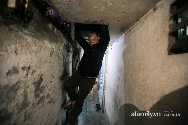 Người đàn ông sống trong hộp diêm giữa phố cổ Hà Nội và ước mơ một ngày được đứng vươn vai trong chính ngôi nhà của mình - Ảnh 2.