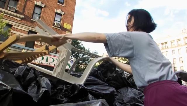Không dùng giấy vệ sinh, không giặt quần áo, tiết kiệm để mua nhà New York - Ảnh 3.