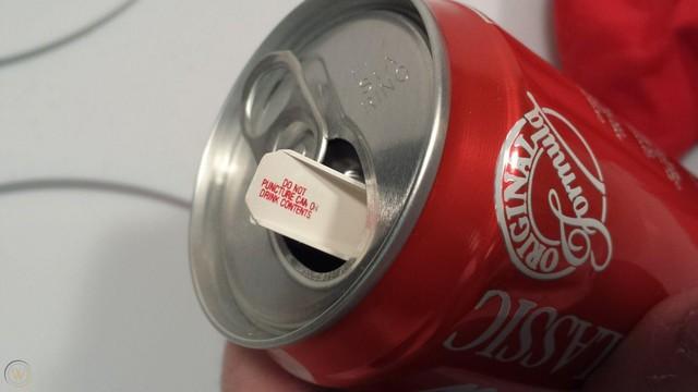 [Bài lên luôn] Chiến dịch marketing nhớ đời của Coca-Cola: Tung ra lon Coke chứa nước clo hôi như mùi xì hơi, 'đốt sạch' 100 triệu USD trong 23 ngày - Ảnh 3.