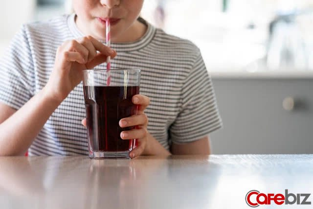 [Bài lên luôn] Chiến dịch marketing nhớ đời của Coca-Cola: Tung ra lon Coke chứa nước clo hôi như mùi xì hơi, 'đốt sạch' 100 triệu USD trong 23 ngày - Ảnh 1.