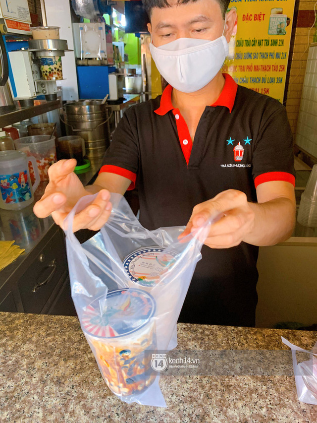 Tiệm trà sữa chảnh nhất Sài Gòn: Ai mua nhiều quá thì hổng bán, uống có ngon không mà phải xếp hàng mệt dữ vậy? - Ảnh 12.