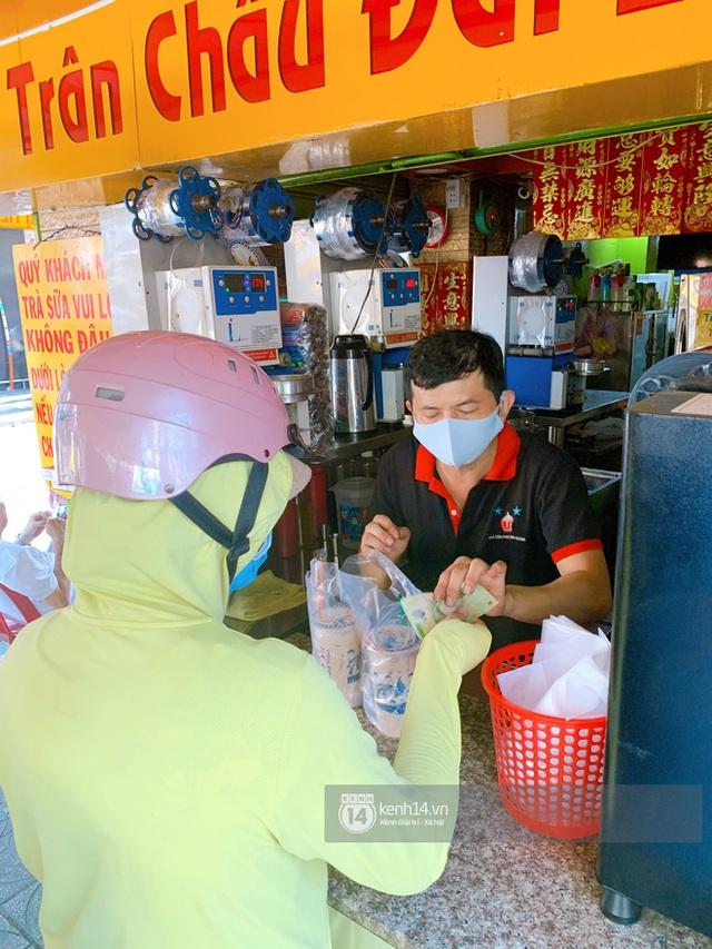 Tiệm trà sữa chảnh nhất Sài Gòn: Ai mua nhiều quá thì hổng bán, uống có ngon không mà phải xếp hàng mệt dữ vậy? - Ảnh 11.